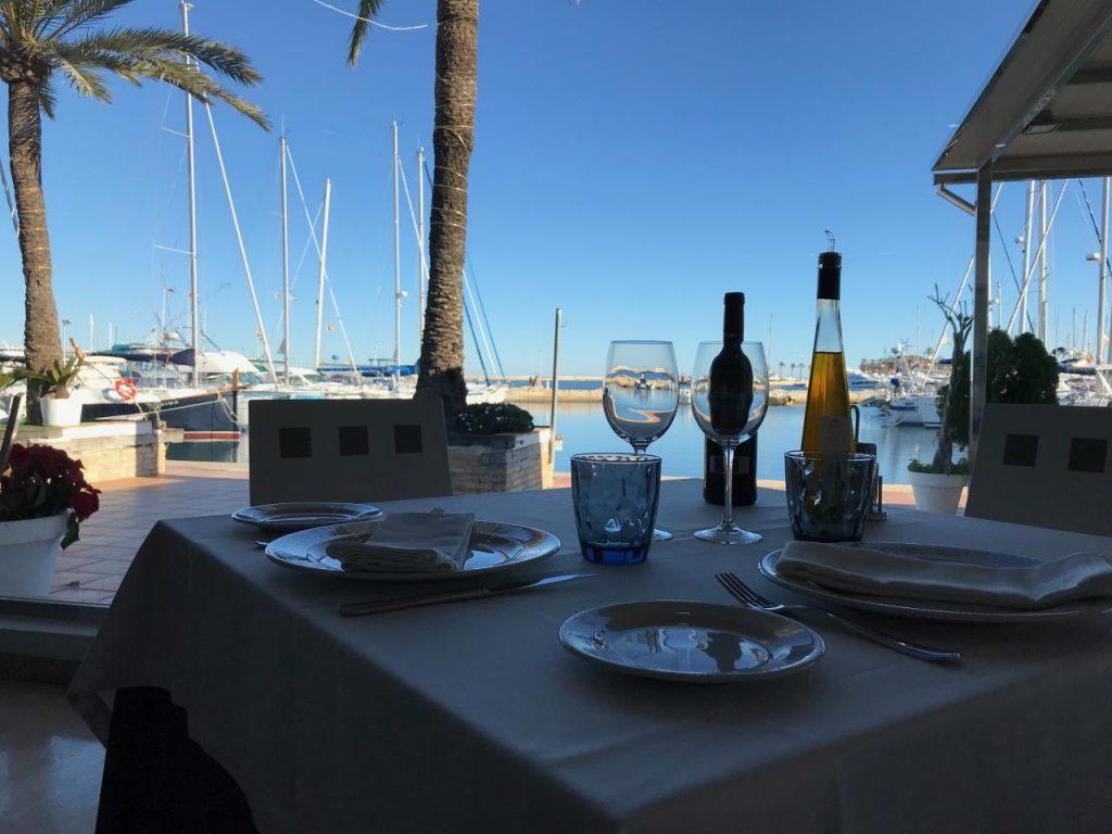 mesa con vistas al puerto del restaurante balandros